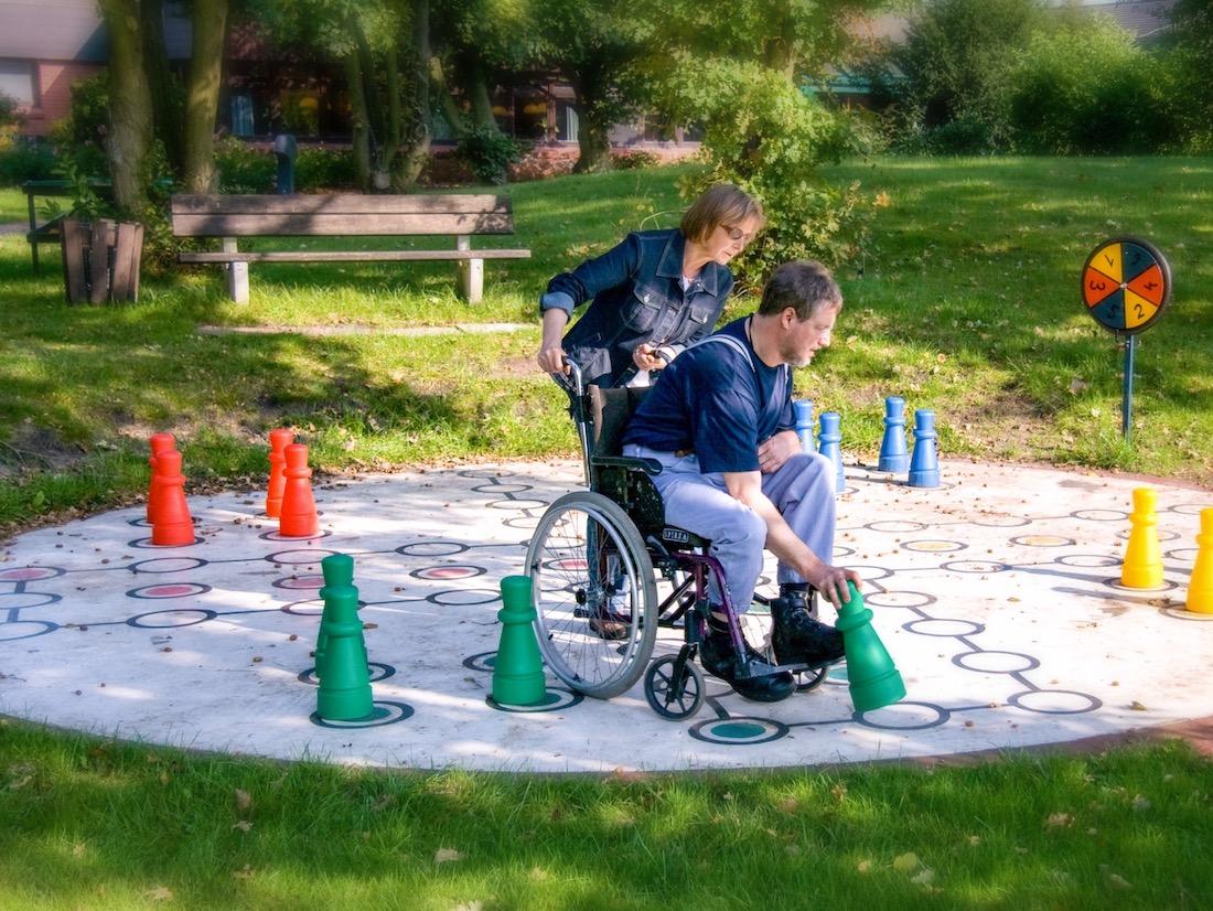 Rollstuhl mit Groß-Spiel